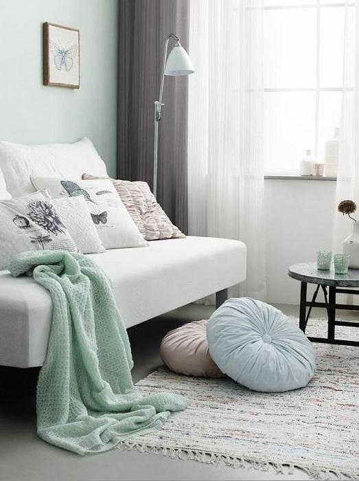 Легкость спальне придадут мелкие предметы интерьера в мятном цвете, которые могут быть простым украшением для комнаты.