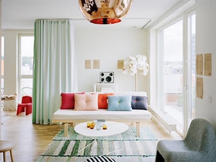 Гостиная станет намного богаче и просторнее за счет мятного оттенка, который может использоваться в качестве штор или напольных дорожек.