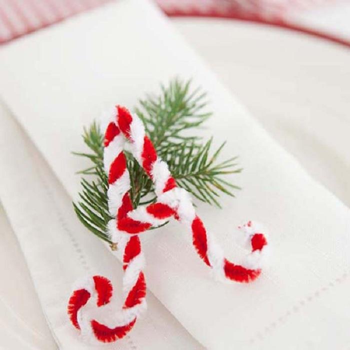 Милые буквы украсят салфетки на праздничном столе.