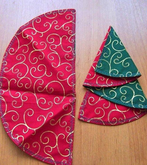 Красно-зеленая салфетка для украшения рождественского стола.