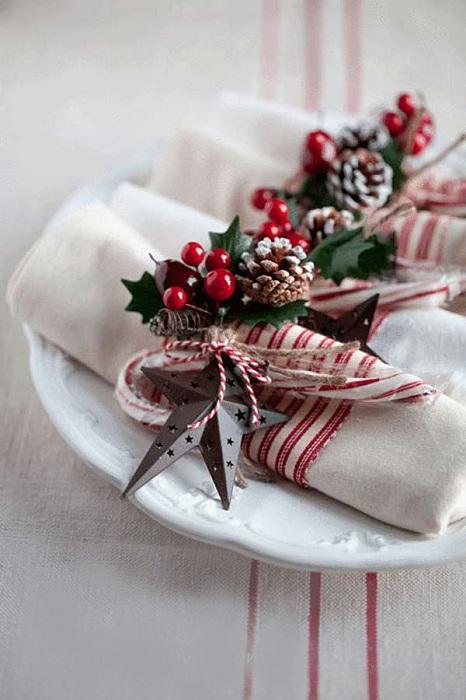 Красивые салфетки с завязками отлично подойдут для декора праздничного стола.