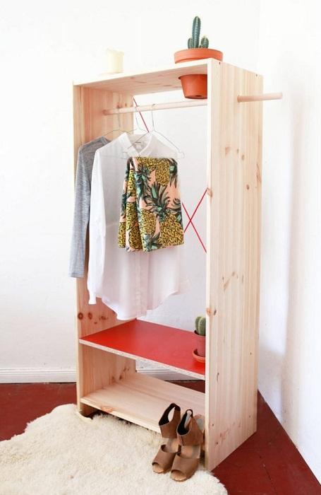 Комнату преобразить сможет обычный деревянный шкаф, что позволит создать просто отличное настроение.