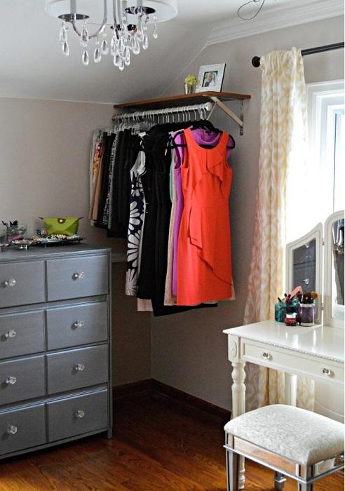 Удачное решение для декорирования комнаты при помощи мини-гардероба, что преобразит любой интерьер.