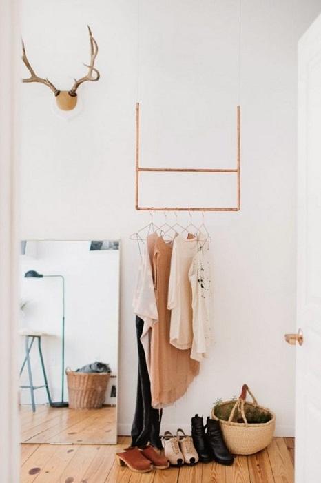Практичный и пожалуй самый лучший вариант создать максимально крохотную гардеробную.
