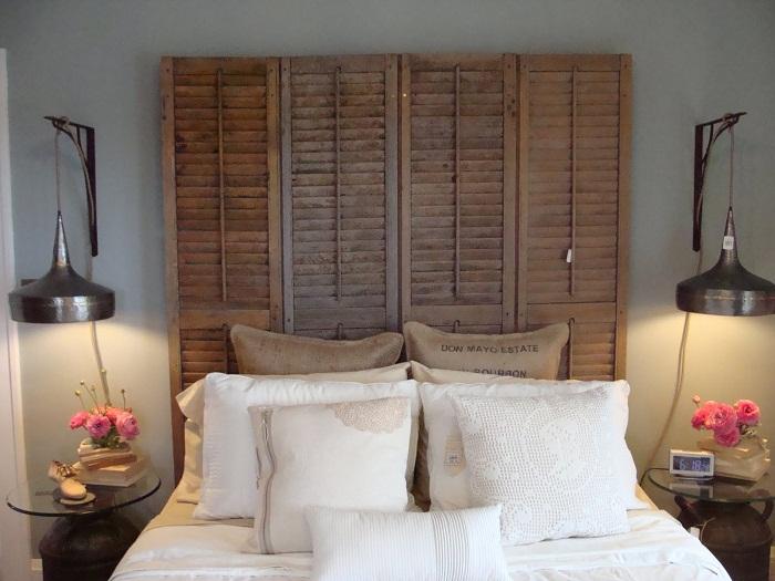 Хороший вариант разместить шкаф у самого изголовья кровати, что преобразит интерьер.