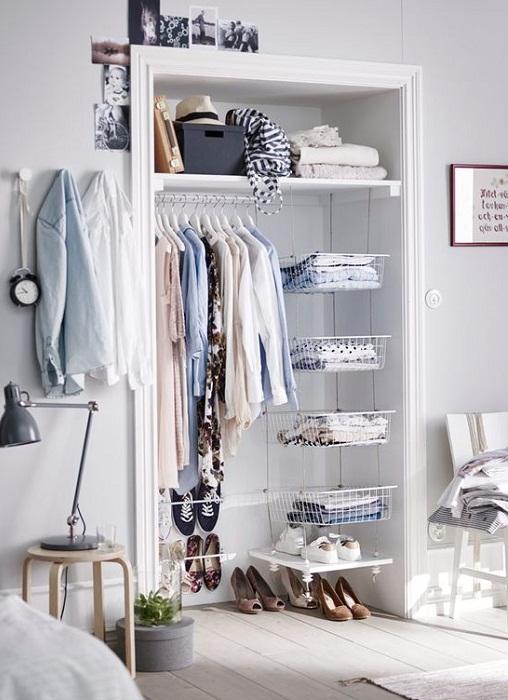 Прекрасное решение для декорирования комнаты при помощи мини-шкафа для любимой одежды.