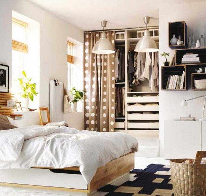 Хороший пример оформления комнаты со скрытым мини-шкафом.
