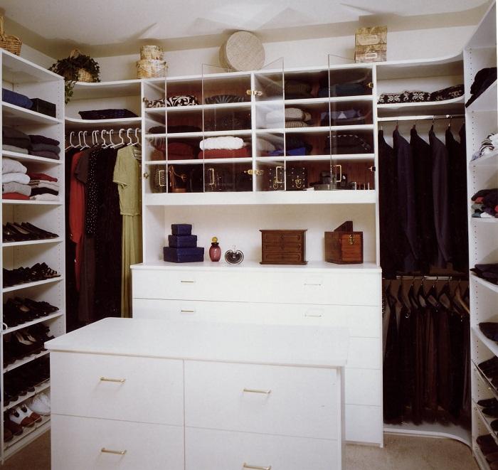 Удачное решение создать комфортную комнату для хранения нужных вещей.