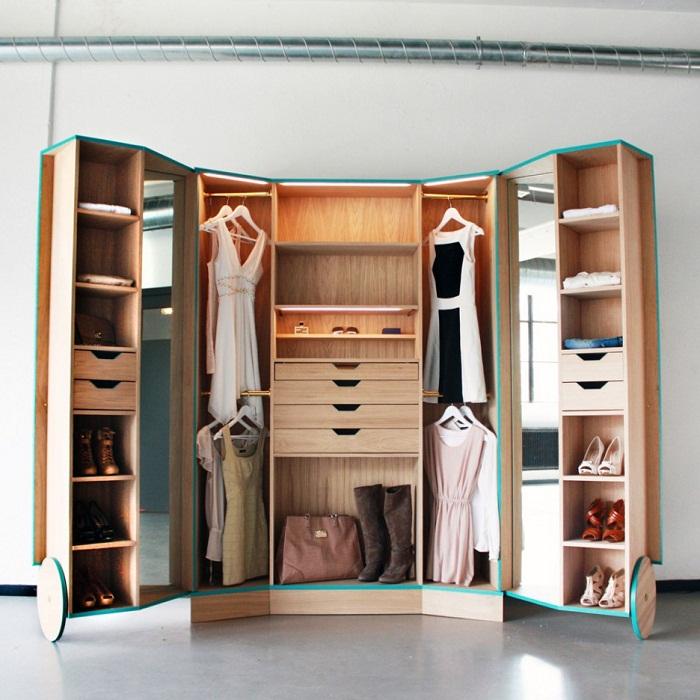 Шкаф, который оригинальным образом трансформируется и экономит полезную площадь комнаты.