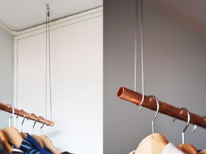 Удачное решение для создания вешалки с минимальными усилиями при помощи веревки и трубы.