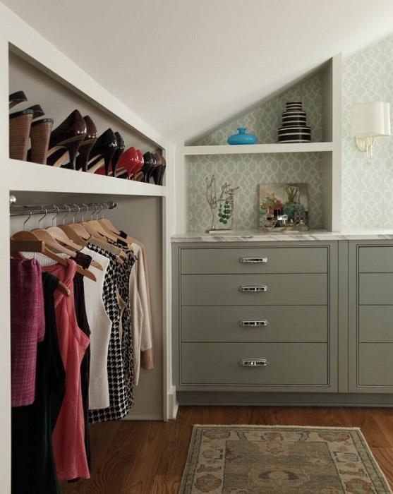 Отличное декорирование комнаты при помощи интересного шкафа в оливковых тонах.