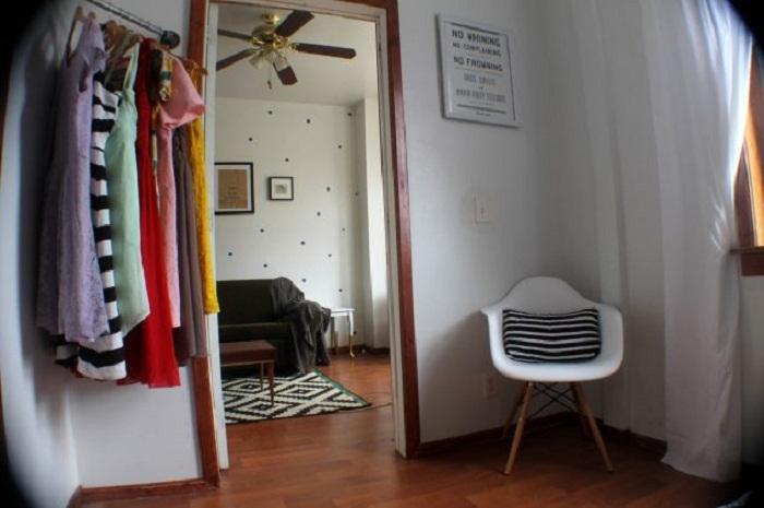 Хорошенький вариант сэкономить пространство в комнате при помощи мини-шкафа открытого плана.