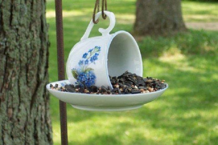 Простое, но удачное решение создать кормушку для птиц с обычной чашки из сервиза.