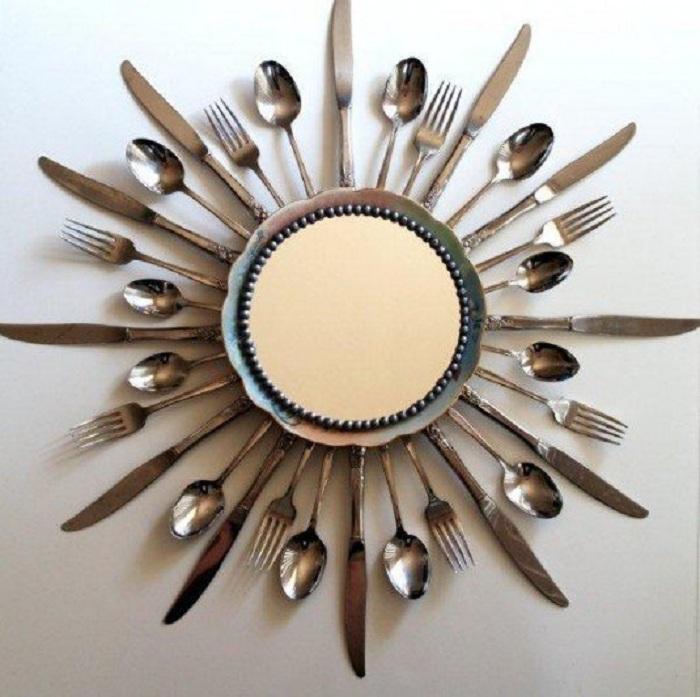 Хорошее решение преобразить интерьер за счет размещения в нем такого интересного зеркала, выполненного из столовых приборов.