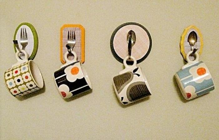 Оригинальные вешалки из ложек и вилок, для размещения набора для чаепития.