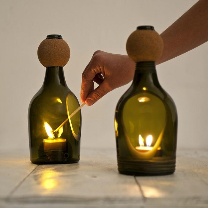 Уникальное и универсальное решение задать романтической атмосферы при помощи создания подсвечников из винных бутылок.