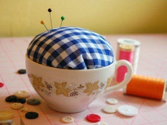 Отличный вариант создать с чашки подушечку для хранения иголок.
