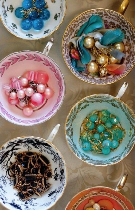 Хороший вариант создать чашечки с украшениями, что преобразят и оптимизируют интерьер.