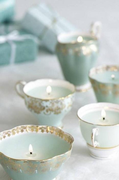 Очень нежное и удачное решение создать подсвечники из обычных чашек для чая.