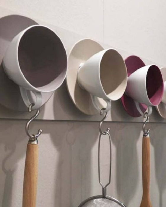 Оригинальное дизайнерское решение и отличная возможность создать чашки-вешалки, что выглядят весьма необычно.