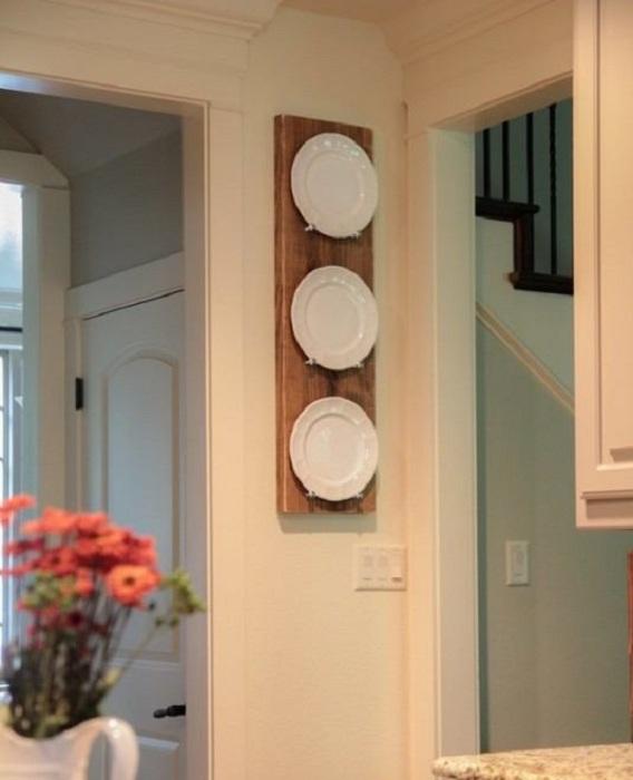Просто прекрасный вариант разместить тарелки оригинальным образом на стене кухни.