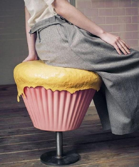 Симпатичный стул в виде кекса украсит любой интерьер комнаты своим необыкновенным дизайном и точно вдохновит.