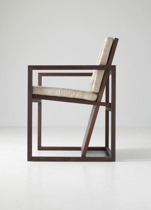Крутой стул с прямыми линиями, что создаст визуальное необыкновенное пространство.
