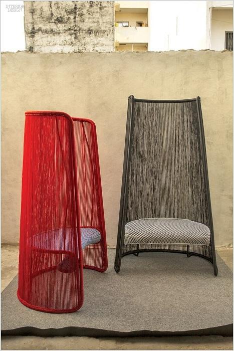 Прекрасный вариант для создания интересной атмосферы дома - стулья с высокой спинкой.