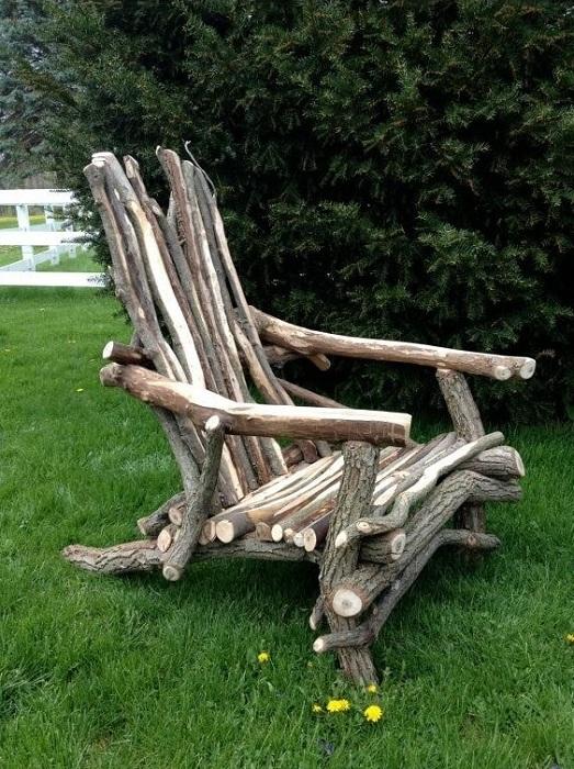 Красивый деревянный стул, который выполнен из деревянных веток станет прекрасным дополнением к интерьеру.