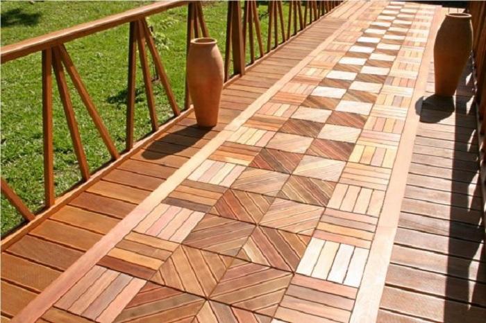 Интересная деревянная плитка во дворе, преобразит общую обстановку в нем.