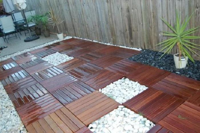 Отличный вариант обустроить двор плиткой с камнями в сочетании, что точно освежит интерьер двора.