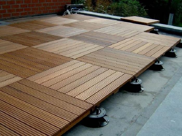 Простой вариант оформления территории около дома при помощи обычной деревянной плитки.
