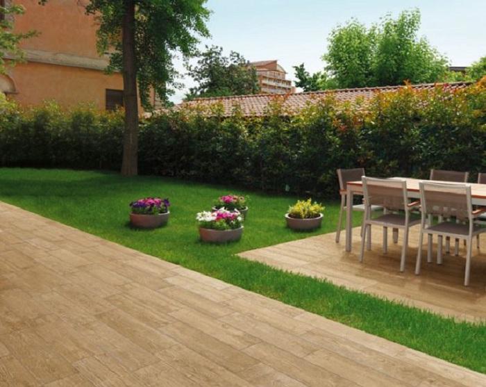 Отменный вариант оформить место для обедов на улице при помощи деревянной плитки.