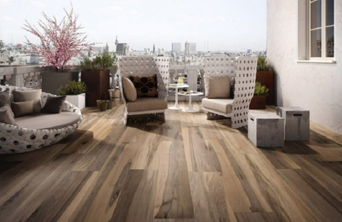 Территория около дома просто отменно оформлена благодаря деревянной плитке, что смотрится очень привлекательно.