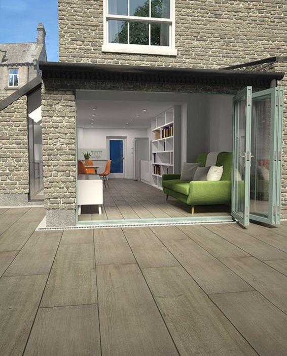 Плавный переход деревянной плитки с комнаты, на веранду, то что создаст общий отличный интерьер.