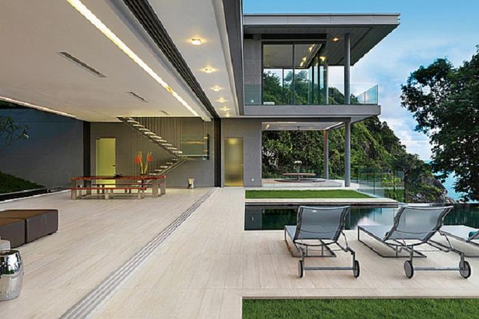 Хорошее оформление территории около дома благодаря деревянной плитки, которая выглядит очень эстетично.