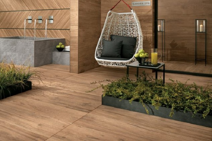 Хороший вариант оформления двора при помощи напольной деревянной плитки, то что понравится.