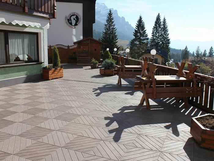 Интересный вариант оформить двор при помощи такой отличной деревянной кладки.