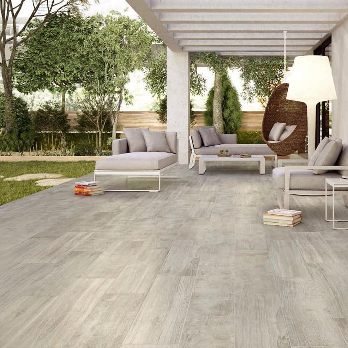 Серый интерьер может быть прекрасным, особенно во дворе и облагорожен благодаря интересной деревянной плитке.