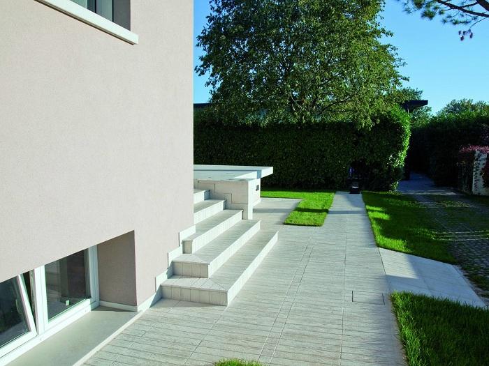 Свежая и отличная обстановка во дворе, то что точно понравится и создаст уютную атмосферу.