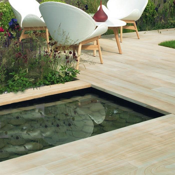 Просто отменный вариант соорудить зону вокруг бассейна при помощи деревянной плитки.