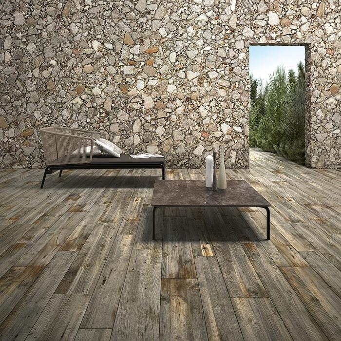Отличное сочетание деревянного пола и каменных стен, что позволит создать особенную атмосферу во дворе дома.