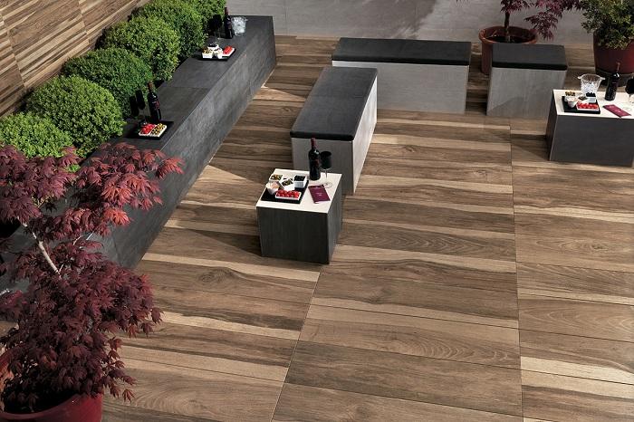 Прекрасный декор двора, который просто и оптимально обустроен при помощи деревянной напольной плитки.
