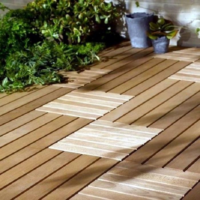 Отменный вариант оформить двор при помощи деревянной плитки и выложить дорожки из неё.