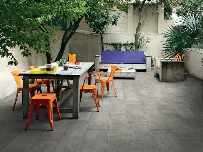 Практичный и удачный вариант оформления двора при помощи деревянной плитки, что создаст удобную атмосферу.