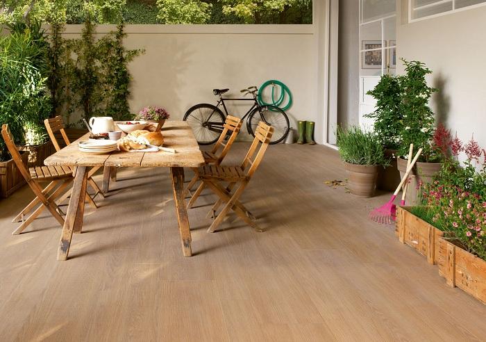 Уютное место во дворе для обедов, создано благодаря удачной деревянной напольной плитке.
