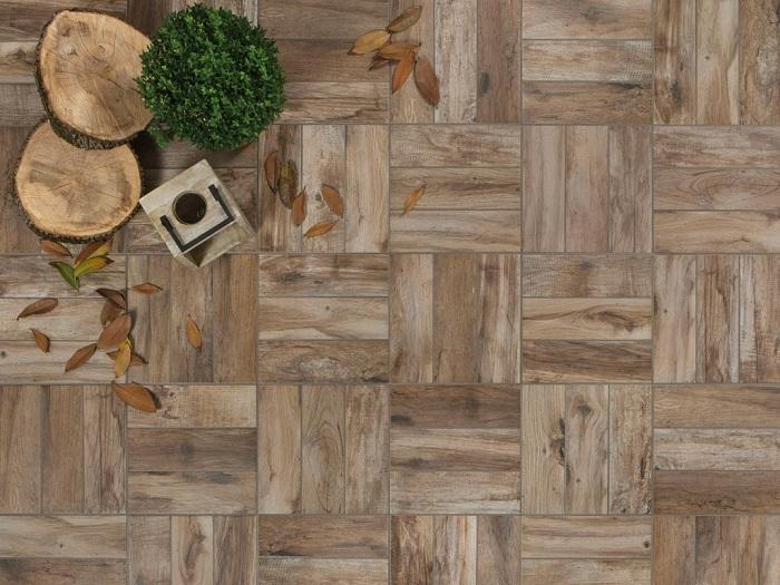 Преобразить двор возможно благодаря обычной напольной деревянной плитке, которая создаст уют и теплое настроение.