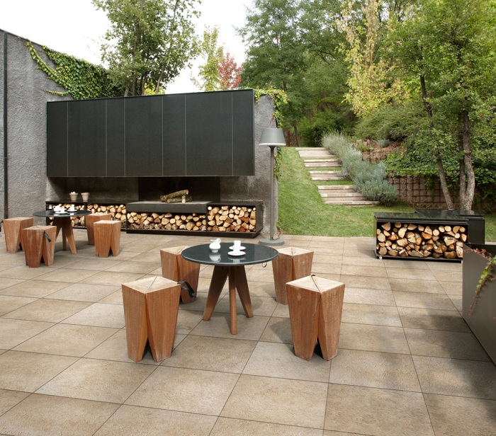 Симпатичное оформление двора при помощи напольной плитки и оригинальных элементов декора, то что точно понравится.