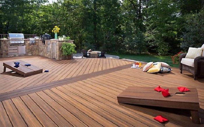 Симпатичное место для отдыха в саду декорировано благодаря деревянной плитке.