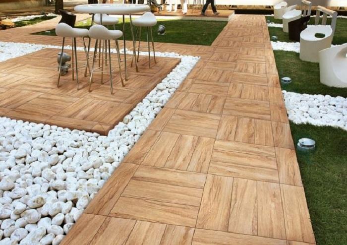 Двор облагорожен благодаря интересно выложенной деревянной плитке.